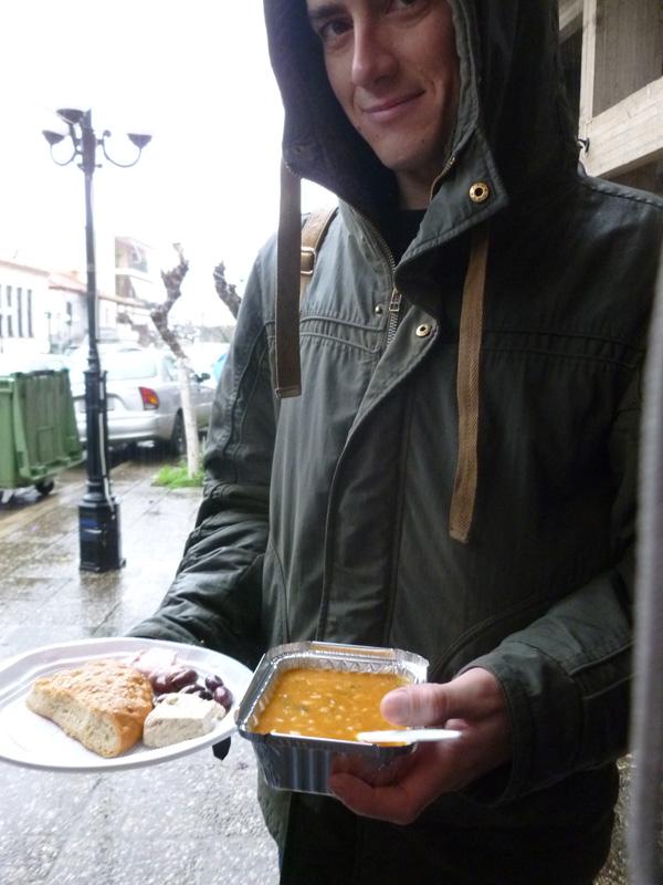 Tradycyjne jedzenie w Kathara Deftera: pasta z rybiej ikry, chałwa, chleb nazywany lagana, oliwki oraz zupa fasolowa.