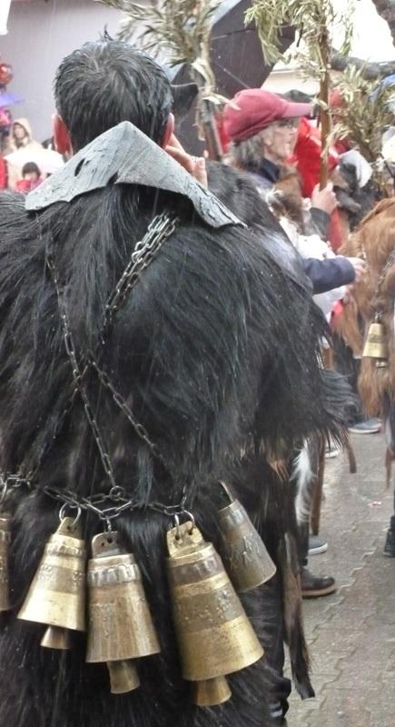 Jeden z tradycyjnych strojów Kathara Deftera  w Distomo. Kozia skóra i pas z doczepionymi dzwonami, w których zazwyczaj pasą się kozy.