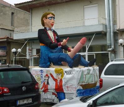 """Tak wygląda """"Król Karnawału"""". Symbolizuje on to co w danym roku było najgorsze. W tym – był symbolem restrykcji w obliczu kryzysu. Niżej satyryczna podobizna Angeli Merkel, która obecnie nie cieszy się w Grecji sympatią."""